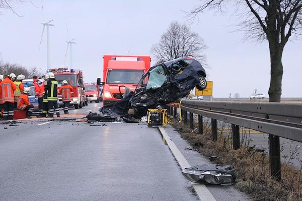 Unfall auf der B 3 bei Schulenburg: der Fahrer dieses Ford Focus kam ums Leben. Foto: Brüggemann/Feuerwehr