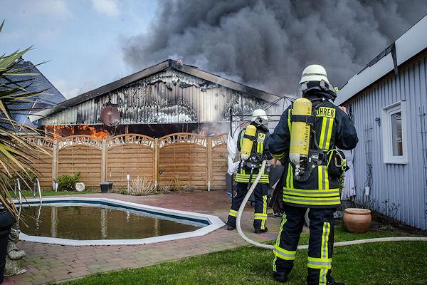 Einsatzkräfte bekämpfen einen Werkstattbrand in Handewitt. Foto: Sebastian Iwersen / Nordpresse
