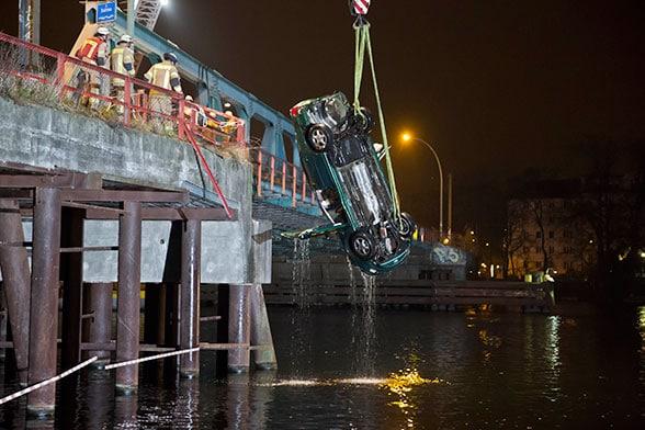 Einsatz für die Berliner Feuerwehr: Pkw-Absturz ins Eiswasser. Foto: Tzscheuschner
