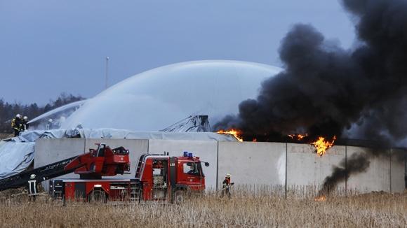 Kräfte bei Löscharbeiten einer brennenden Biogasanlage. Foto: News5 / Goppelt