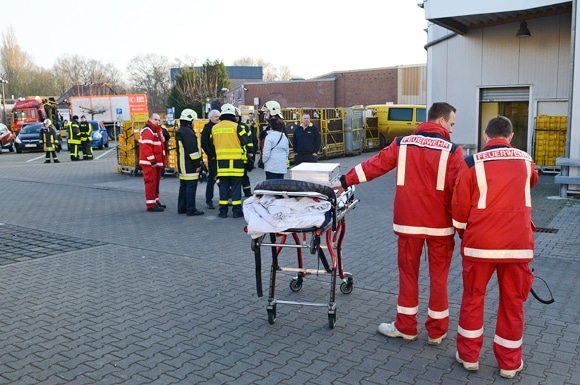 Feuerwehr, Rettungsdienst und Mitarbeiter beraten die Lage. Foto: Bludau