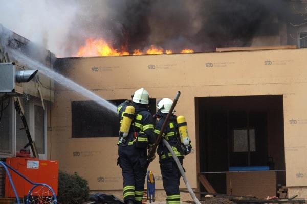 Bei Bauarbeiten gerät ein Kindergarten in Iserlohn Brand und wird vollständig zerstört. Foto: Feuerwehr