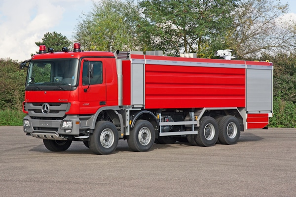 Als Fahrgestell dienen Mercedes Actros 4158 mit 425 kW/578 PS mit teilautomatisiertem Getriebe. Das serienmäßige Fahrerhaus bietet Platz für 3 Mann. Foto: Magirus