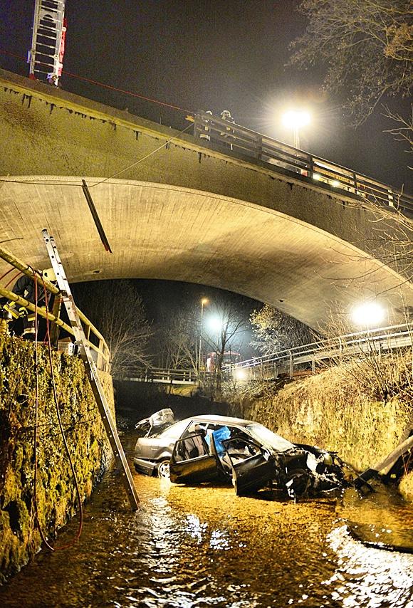 Pkw stürzt 15 Meter tief in ein Flussbett. Foto: fib-FDL