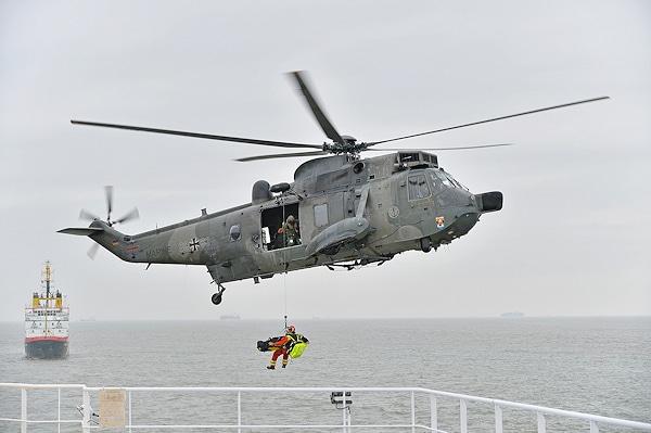 Mit einer spektakulären Übung auf See zeigen die Interschutz-Veranstalter die Zusammenarbeit verschiedener Behörden und Organisationen. Foto: Michael Rüffer