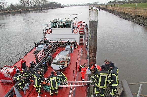 Rettung von einem Schiff: die Feuerwehr sorgt für den Transport eines verunglückten Binnenschiff-Kapitäns von einem Schiff. Foto: Timo Jann