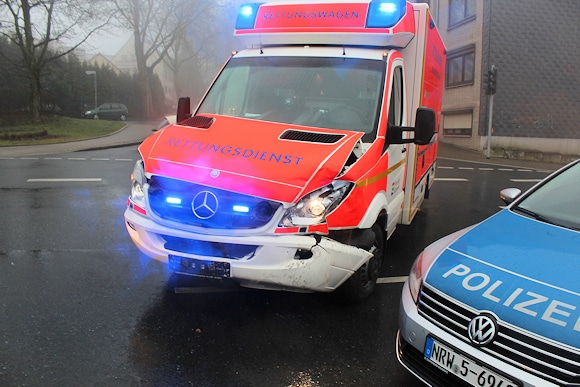 Unfall in Heiligenhaus: der schwer beschädigte Rettungswagen. Foto: Polizei