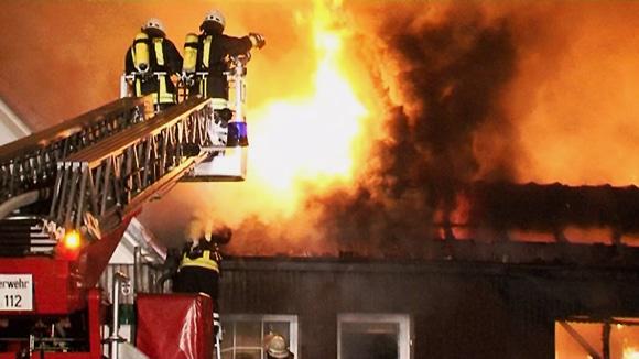 Feuerwehrkräfte während des Einsatzes bei einem Autohausbrand in Twistringen. Foto: nonstopnews.de