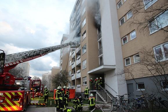 Drehleiter während der Löscharbeiten bei einem Zimmerbrand in Taufkirchen. Foto: Feuerwehr Taufkirchen