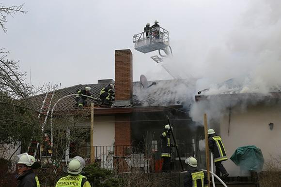 Kräfte der Feuerwehr Lauterbach bei der Bekämpfung eines Dachstuhlbrandes. Foto: Weitzel