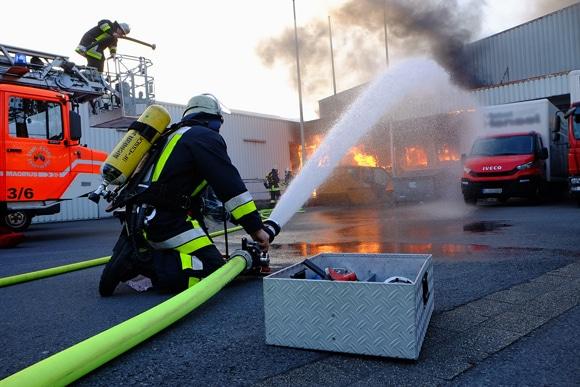Brand eines Containers und angrenzender Lagerhalle in Essen Altenessen. Foto: Feuerwehr Essen / Markus Schmuck