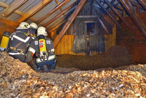Feuerwehr bei Nachlöscharbeiten in einem Hackschnitzellager. Foto: LFV Franz Fink