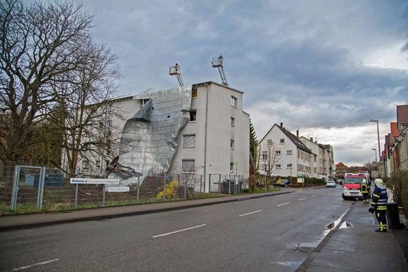 """Sturm """"Niklas"""" reißt komplettes Blechflachdach von einem Mehrfamilienhaus in Waiblingen (BW) ab. Foto: 7aktuell.de"""
