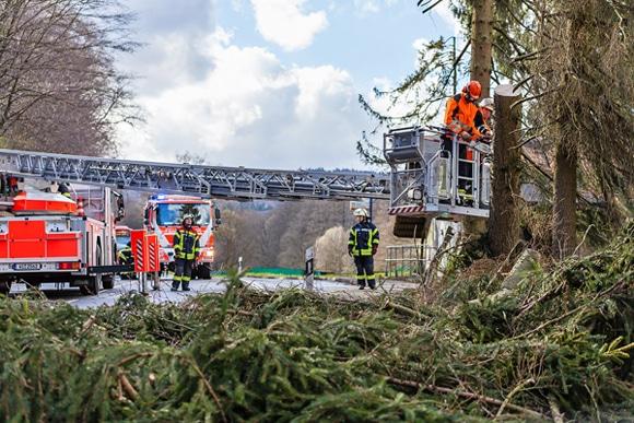 Kräfte der Feuerwehr Wiesbaden bei Sägearbeiten in einer Drehleiter. Foto: Wiesbaden112.de