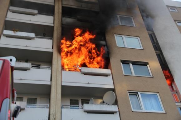 Flammen schlagen aus der Wohnung. Foto:  Feuerwehr Taufkirchen