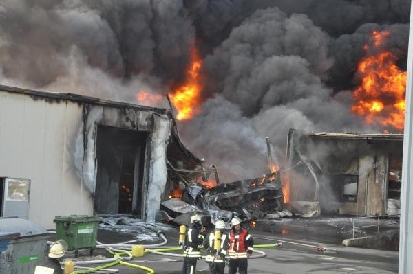 Großbrand in Jever. Die Lagerhalle einer Farbenfabrik steht in Vollbrand. Foto: Polizei