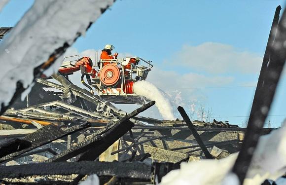 Einsatz von Leichtschaum während eines Supermarktbrandes in Nordhorn. Foto: Konjer