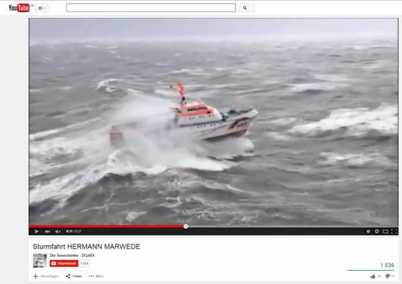 """Der Seenotrettungskreuzer """"Herman Marwede"""" bei Sturm auf schwerer Fahrt. Screenshot: YouTube"""