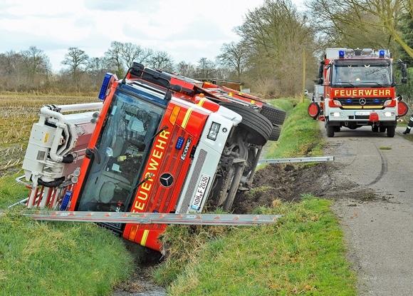 Von der Fahrbahn abgekommenes  Hubrettungsfahrzeug der Feuerwehr Nordhorn. Foto: Konjer