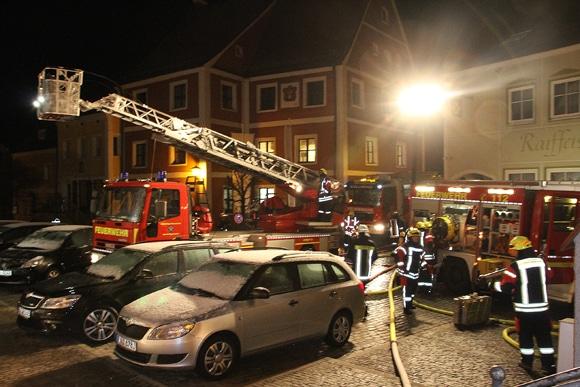 Nach der Stürmung einer Wohnung durch das SEK in Kallmünz ist die Feuerwehr mit Löscharbeiten beschäftigt. Foto: kamera24.tv