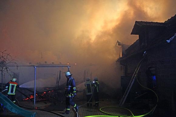 700 Schweine verenden bei Großbrand auf Bauernhof. Foto: News5