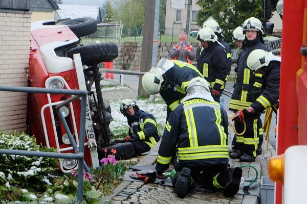Feuerwehrfahrzeug kam von der Straße ab und kippte gegen Hauswand. Foto: xcitePRESS / Essler