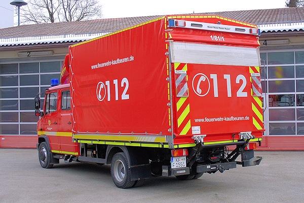 Am Heck des V-LKW ist eine MBB/Palfinger-Ladebordwand installiert. Darüber sind Kennleuchten, Scheinwerfer sowie eine Verkehrsleitanlage in LED-Technik montiert. Foto: Fischer/Feuerwehr