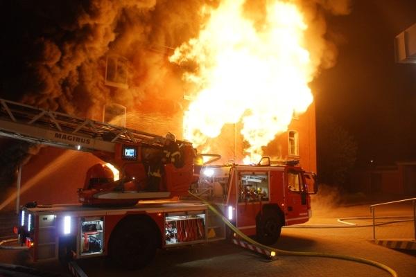 Gefährlicher Einsatz für Mensch und Material bei der Brandbekämpfung. Foto: Feuerwehr Celle