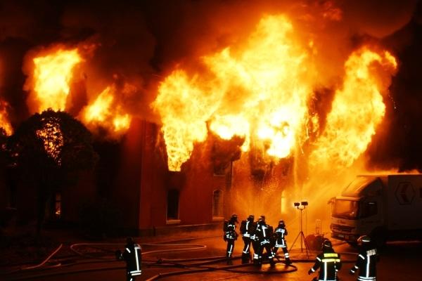 Flammenmeer: In Celle steht ein als Möbellager genutztes Lagerhaus in Vollbrand. Foto: Feuerwehr Celle