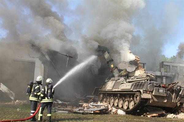 Ein Bergepanzer unterstützt die Feuerwehr bei der Brandbekämpfung. Foto: Feuerwehr Heidekreis / Stephan Meier