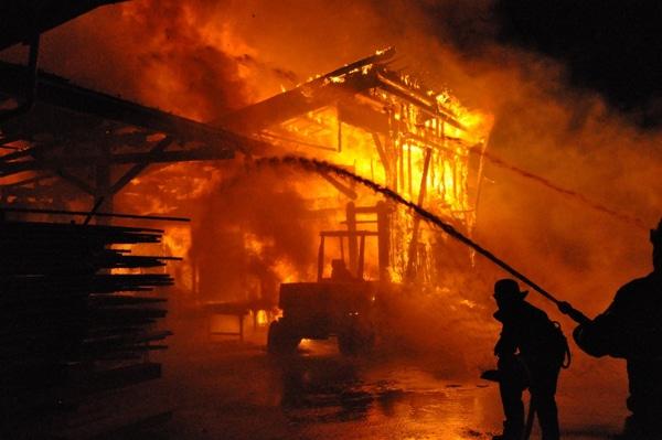 Feuerwehr bei Löscharbeiten nach einer Brandstiftung in Bettringen. Foto: Heino Schütte