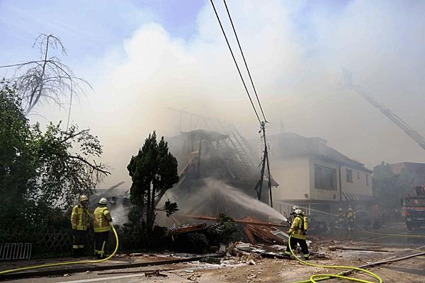 Nach einer schweren Explosion in Nürtingen kämpft die Feuerwehr gegen den Brand. Foto: 7aktuell.de / Oswald