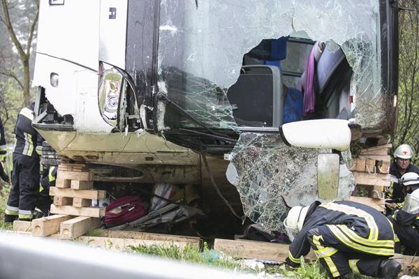 Unfallstelle am Sonntag an der A9 bei Feucht. Aus noch ungeklärten Gründen kam ein Reisebus von der Fahrbahn ab und kippte um. Dabei verletzten sich mindestens 11 Personen. Drei davon schwer. Foto: News5 / Dostal