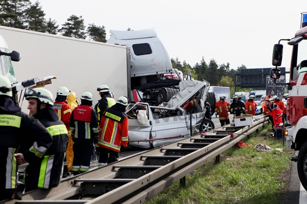 Fahrzeugwracks nach einem Unfall am Dienstagmorgen auf der A 6 bei Nürnberg. Foto: News5 / Grundmann