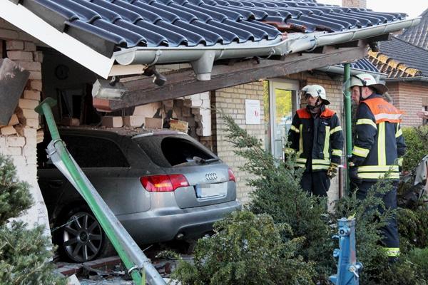 Audi fährt in die Front eines Hauses in Büchen. Foto: Timo Jann