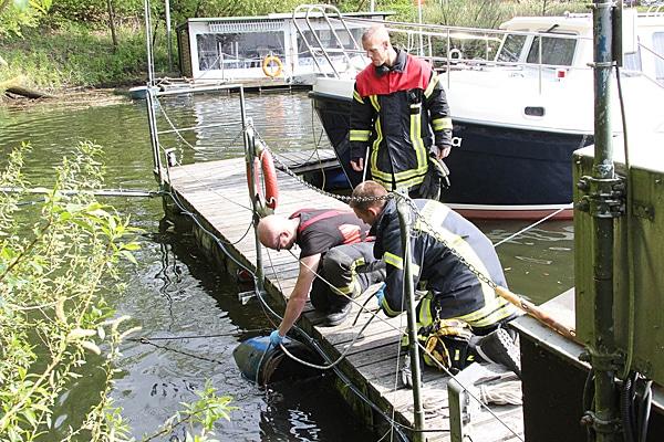 Toter Hund aus einem in der Elbe treibenden Fass geborgen. Foto: Timo Jann