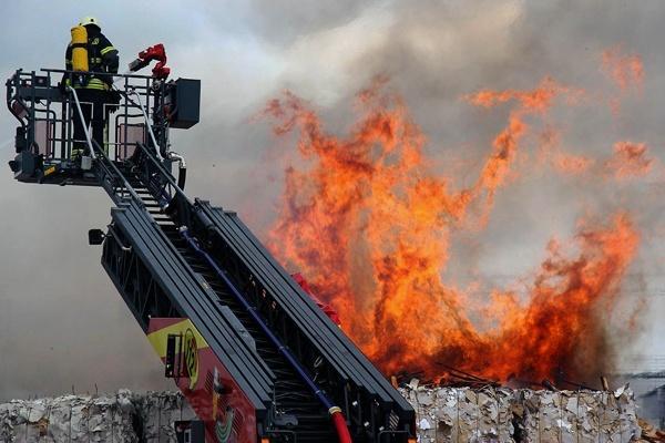 Großbrand in einer Recycling-Firma in Göttingen. Foto:  Stefan Rampfel