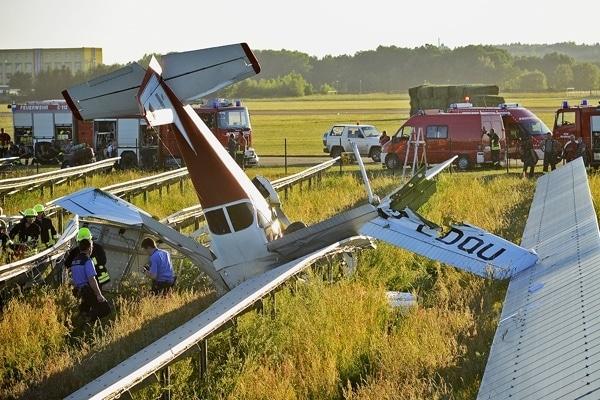 In Kamenz ist am Freitag Abend ein Kleinflugzeug abgestrüzt und in ein Solarfeld gekracht. Foto: Rico Löb
