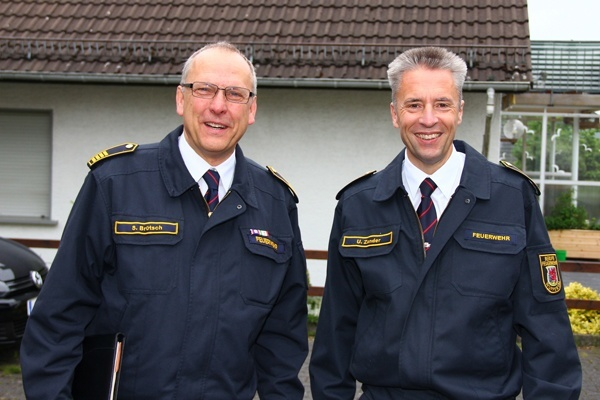 Wuppertals alter und neuer Feuerwehrchef: Siegfried Brütsch (60, links) und sein Nachfolger Ulrich Zander (50, rechts). Foto: Fichte