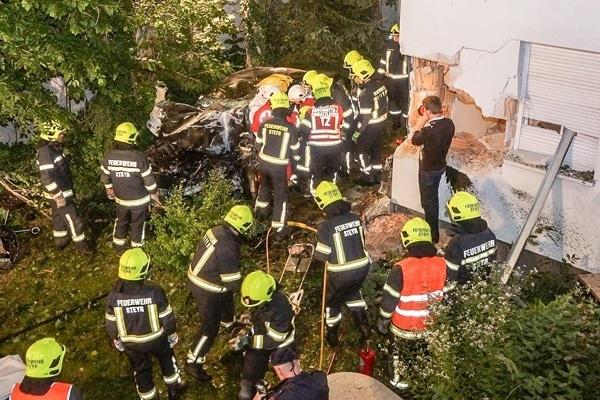Das Fahrzeug flog zirka 20 Meter und prallte anschließend gegen die Hausmauer.  Fotos: fotokerschi.at/Röck