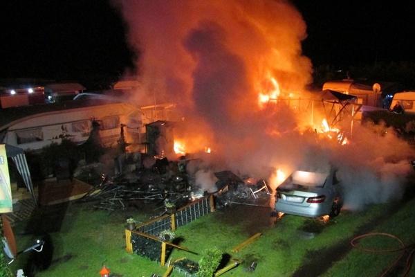 explosion auf campingplatz mehrere wohnwagen zerst rt feuerwehr magazin. Black Bedroom Furniture Sets. Home Design Ideas