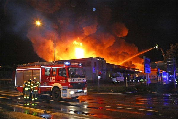Bei einem Großbrand in Aachen ist ein Gebäudekomplex mit mehreren Gewerbebetrieben zerstört worden. Foto: Ralf Roeger