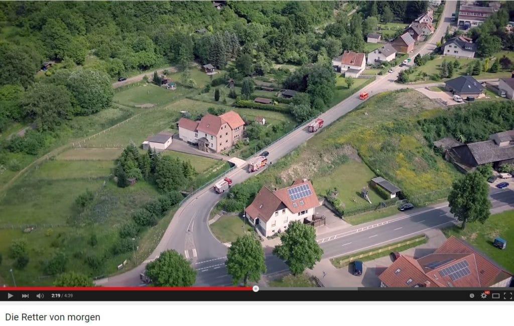 Luftaufnahmen mit einer einer Drohne vom 24-Stunden Bereitschaftsdienst der Jugendfeuerwehr Lüdge.  Screenshot: YouTube
