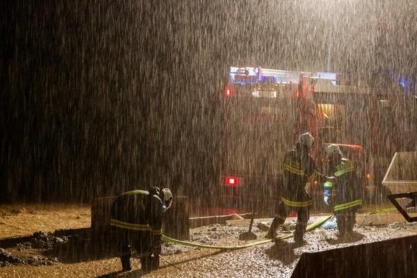 Kräfte der Feuerwehr sind bei starkem Regen im Einsatz. Foto:  Hermann Kollinger