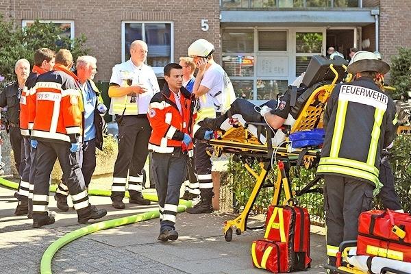 Nach einem Brand in einem Hochhaus in Nordhorn müssen zehn Verletzte versorgt werden, darunter auch zwei Polizeibeamte. Foto: Stephan Konjer