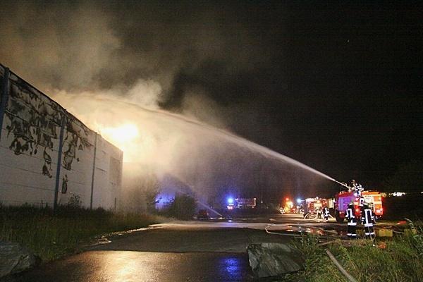 Großschadenslage in Beecke bei Warstein. Ein Galvanik Betrieb stand in Vollbrand. Foto: IDA News Media