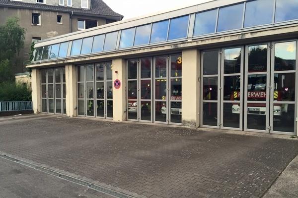 Viele Danke-Aufkleber verzieren die Feuerwache in Gießen. Feuerwehr Gießen
