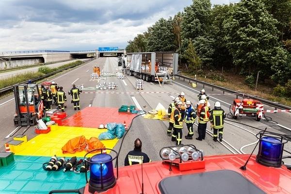 Bergungsarbeiten nach einem Gefahrgutunfall auf der Autobahn A 3. Foto: Wiesbaden112.de / Sebastian Stenzel