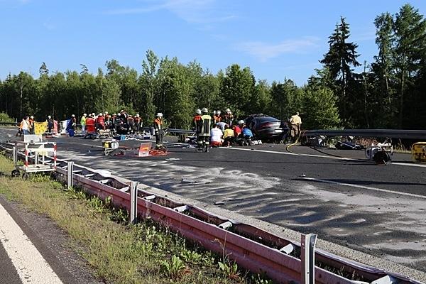 Verunfallter Gefahrgut-Lkw kollidiert mit mehreren Pkw. Foto: Roland Wellenhöfer