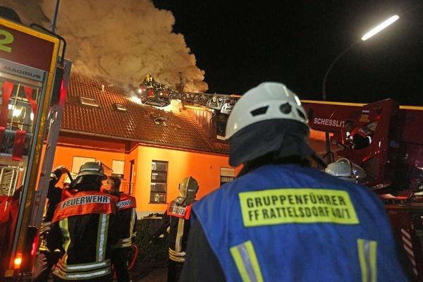 Drehleiter im Einsatz bei einem Dachstuhlbrand. Foto: News5 / Herse